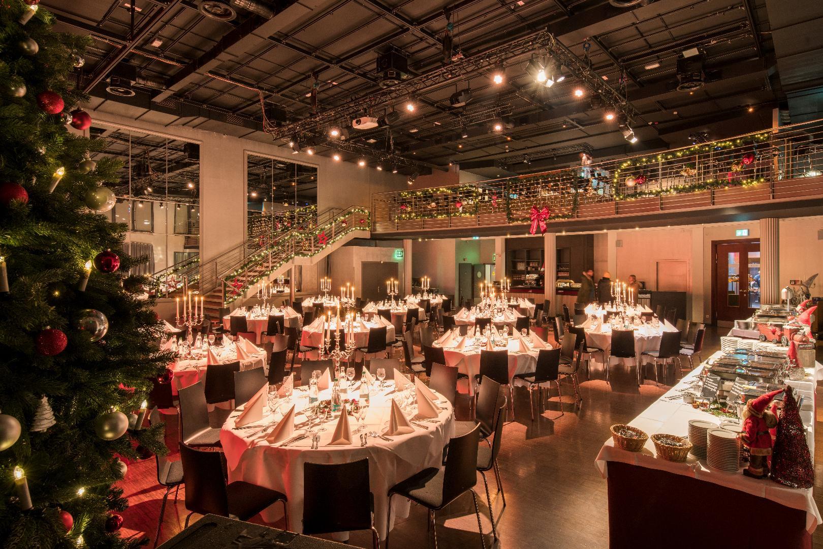 Palais Weihnachtsfeier  Mischbestuhlung für bis zu 250 Personen
