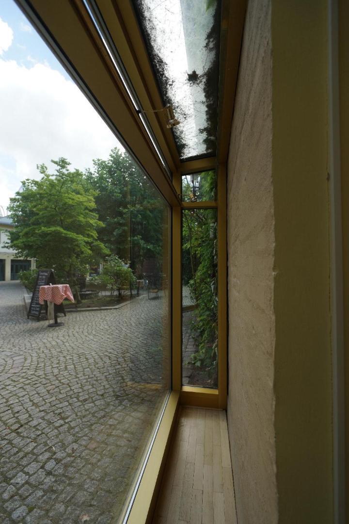 Bild 5 von Großes gerahmtes Schaufenster als Werbefläche in Berlin-Mitte