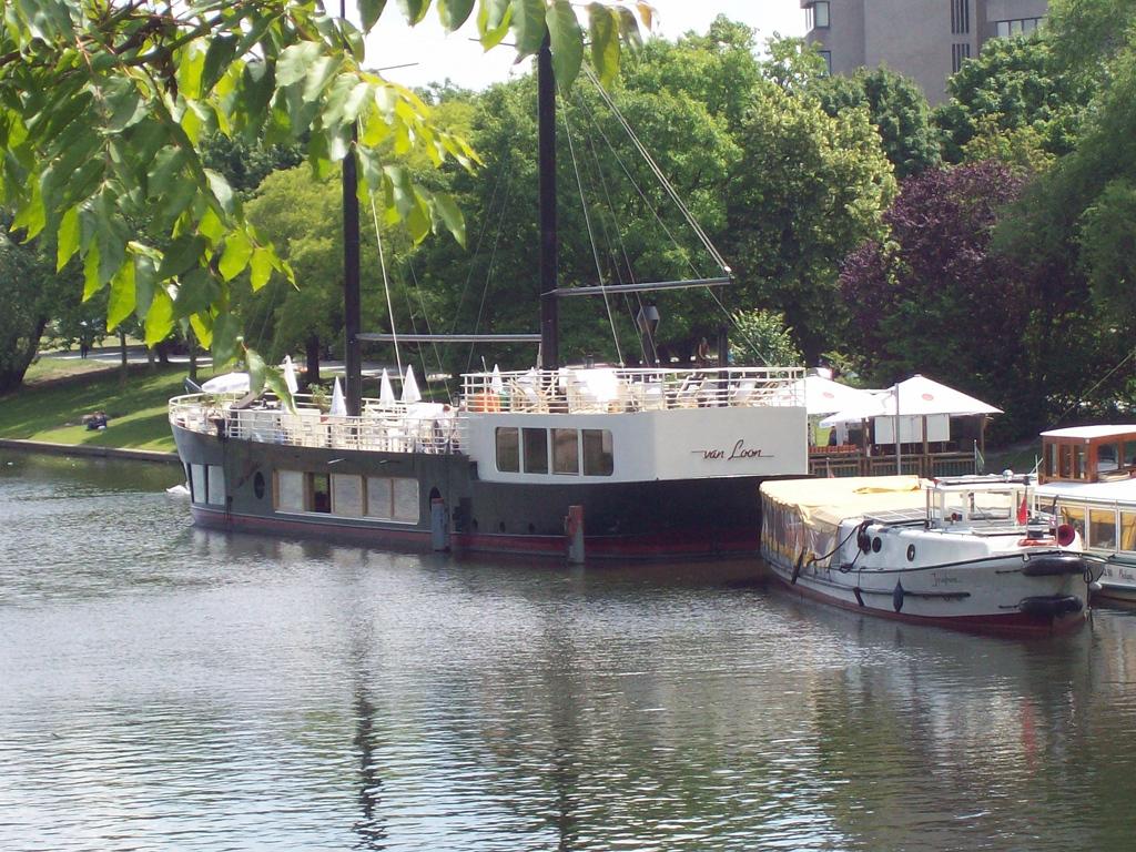 Die van Loon-Restaurantschiffe im Urbanhafen